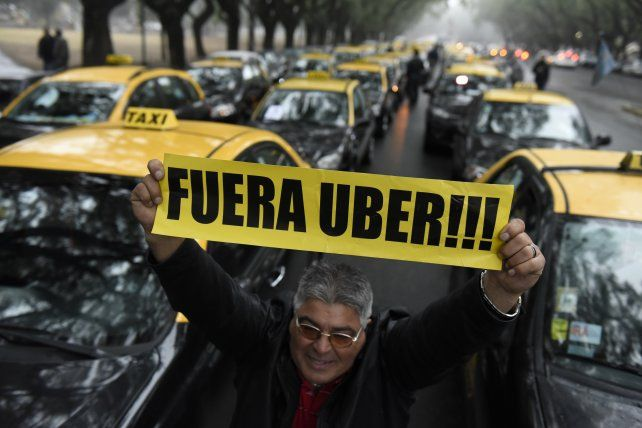 Los taxistas se opusieron al desembarco de la empresa en Rosario.