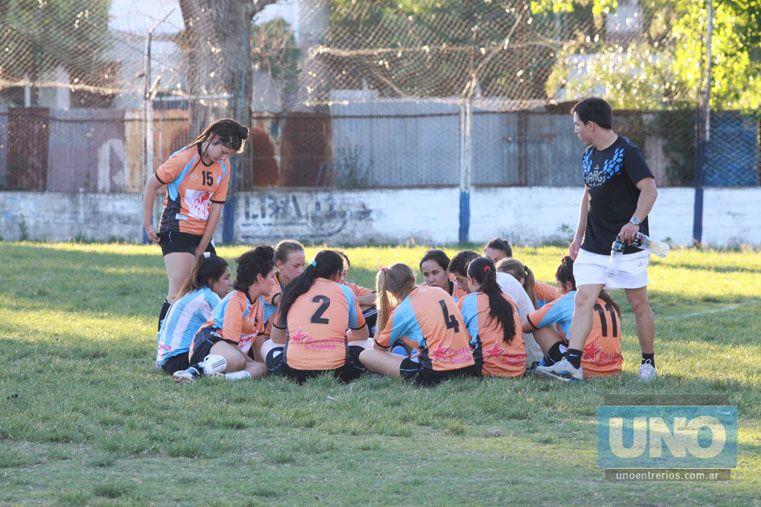 Análisis. Las chicas dialogan sobre el partido en el campo de la juego de Universitario. Todo bajo la mirada de uno de los técnico de Belgrano