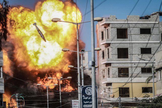 Bombardeo de posiciones de Hamas en la ciudad de Gaza. Delante de la bola de fuego puede verse una bomba a punto de hacer impacto.