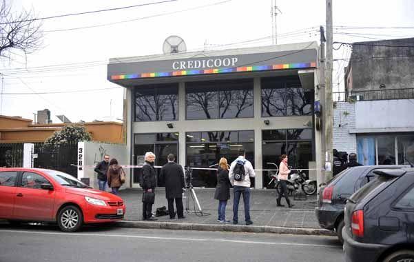 Guardia. Periodistas esperan frente al banco que el fiscal Aníbal Vescovo termine de interrogar a las víctimas del robo. (foto: Néstor Juncos)