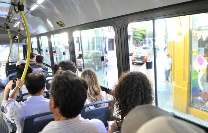 Ventanas abiertas. Los usuarios y choferes deben abrir los vidrios para tratar de sobrellevar las altas temperaturas que se registran estos días en Rosario.