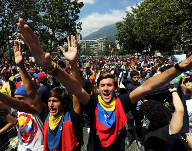 Siguen. Ayer los jóvenes marcharon otra vez por Caracas. Fueron a la sede de la OEA para exigirle que reaccione.