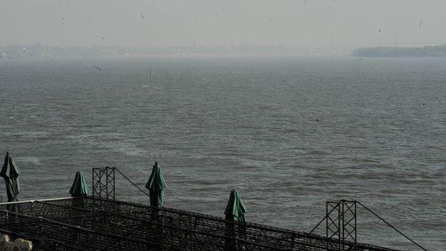 El humo proveniente de los incendios en las islas al sur de la región cubrió a Rosario.