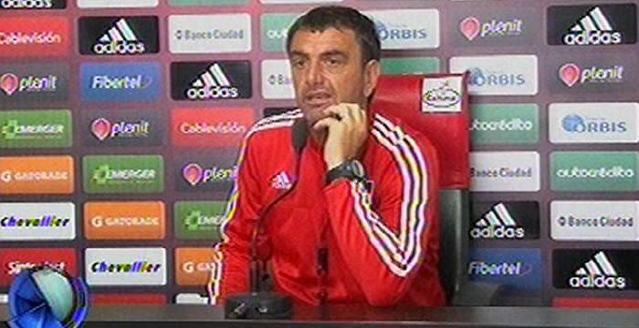Osella: Podríamos resignar un atacante y jugar con un volante externo ante Lanús