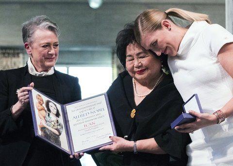 emoción. Entrega del premio a la sobreviviente de Hiroshima Setsuko Thurlow y a Beatrice Fihn