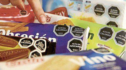 El proyecto que debaten los legisladores plantea la obligatoriedad del etiquetado frontal de productos.
