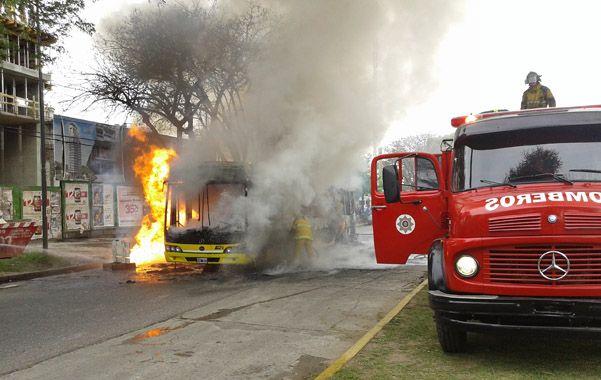 Un colectivo de Rosario Bus se incendió en septiembre del año pasado en Rondeau al 1800 mientras circulaba con varios pasajeros a bordo. (foto archivo: Daniel Carrizo)
