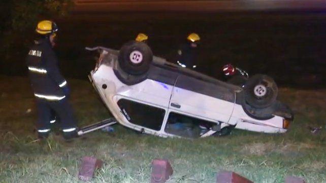 El Fiat 147 blanco quedó con las cuatro ruedas para arriba. (Foto: captura de TV)
