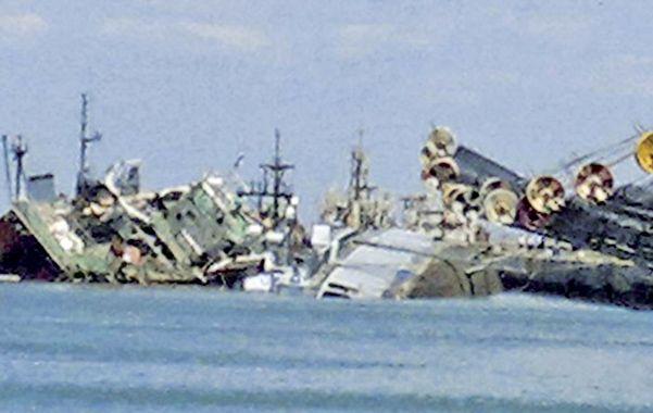 Impactante. El navío (derecha) quedó apoyado en el fondo del lecho marino sobre la banda de babor.