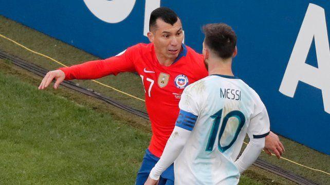 Messi y Medel. Los jugadores se pelearon en la Copa América. Luego el 10 fue castigado.
