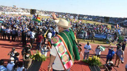 evento cuestionado. Multitudinario Acto en el que el presidente Luis Arce (de espaldas) entregó 26 mil títulos de propiedad.