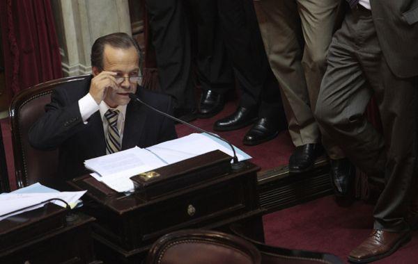 El senador nacional se pregunta cómo la Casa de la Moneda no puede imprimir billetes.
