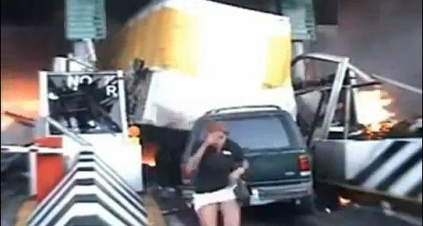 Un camión pierde el control y produce un espectacular choque en cadena en una autopista