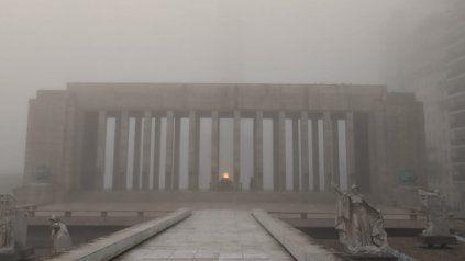 La densa niebla que cubrió a la ciudad escondió al Momumento a la Bandera y sorprendió y asustó a los rosarinos.