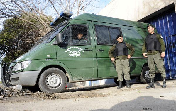 Gendarmes en custodia de un galpón de Gálvez al 6100