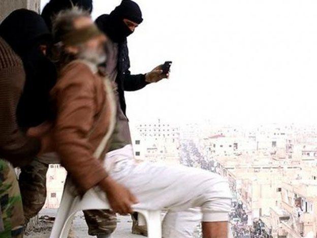 Momento en que la persona iba a ser lanzada desde el edificio más alto.