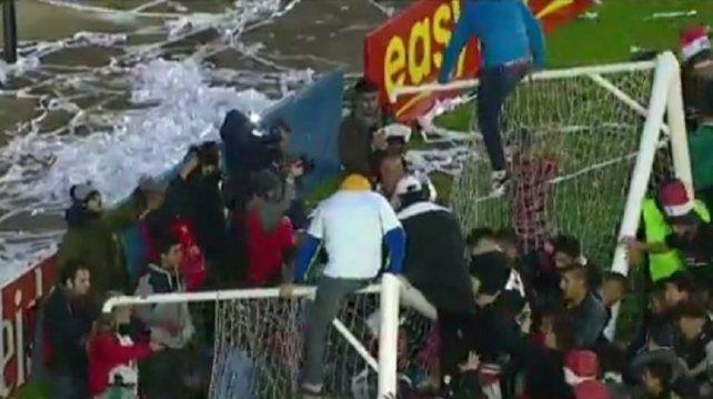 Los jugadores de Chacarita rompieron el arco mientras festejaban el ascenso