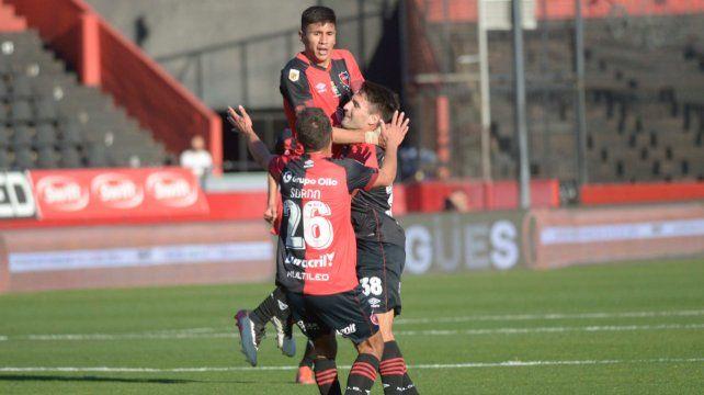 Castro se sostiene en Negri para celebrar su gol en el clásico. Es el tercero que señala en el torneo.