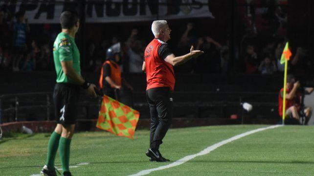 Sin respuestas. El técnico dio indicaciones durante el partido en Santa Fe pero no tuvieron elefecto que esperaba.