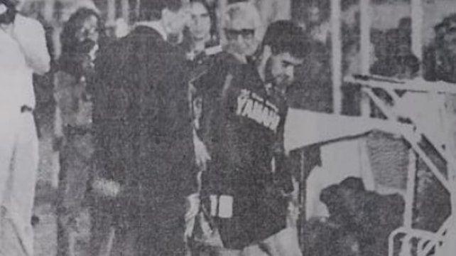 Maradona se retira del campo de juego de Huracán