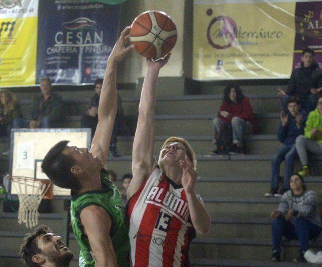 Mía. Julián Mendia y el Colo Emanuel Rava pelean.