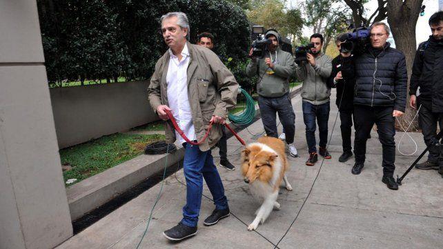 El día después. Alberto Fernández fue abordado ayer por la prensa cuando sacó a pasear a su perro Dylan.
