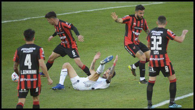 Nacho tiró un caño dentro del área, lo tomaron del brazo y cae. No fue falta para el arbitro.