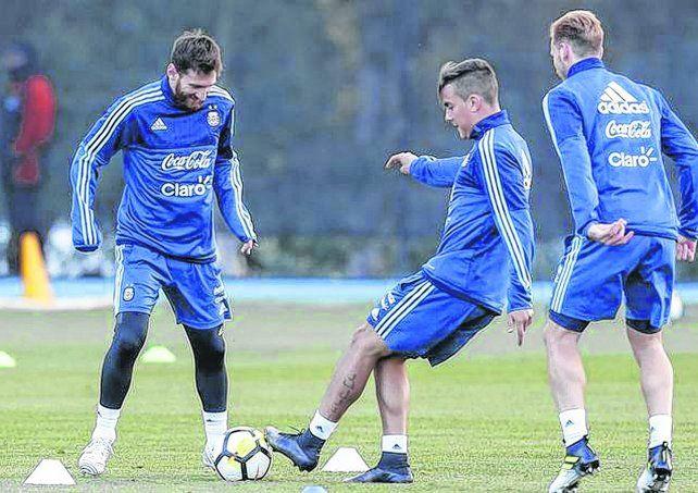 Con alegría.Messi y Dybala