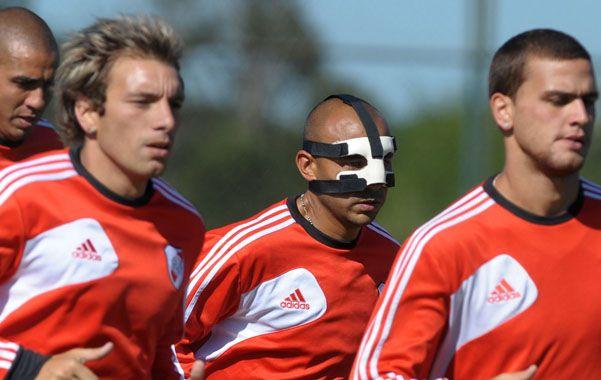 Al trote. El Lobo entrenó con una máscara por la lesión que sufrió ante Tigre.