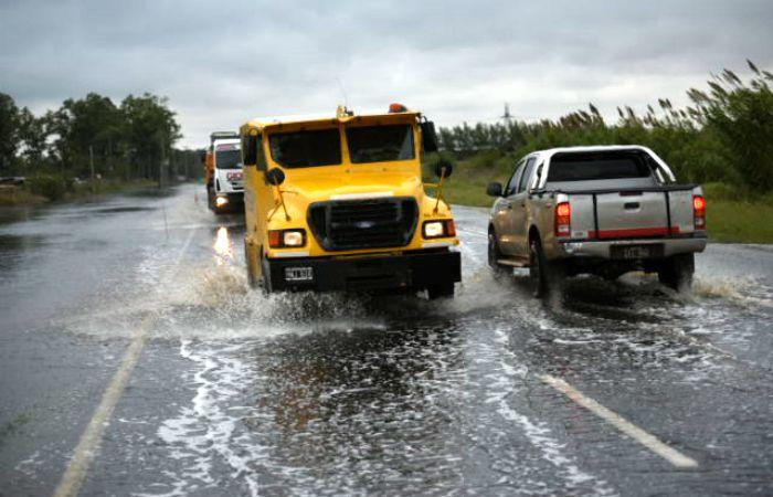 El agua tomó la calzada en la Ruta 18. (Foto: Sebastián Suárez Meccia / La Capital)