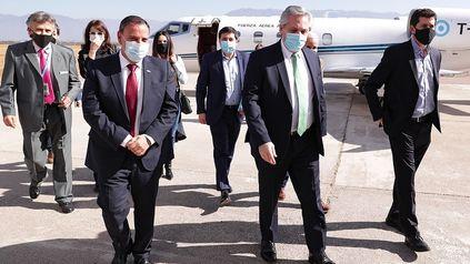 Tras anunciar el nuevo gabinete, el presidente viajó a La Rioja para reunirse con gobernadores
