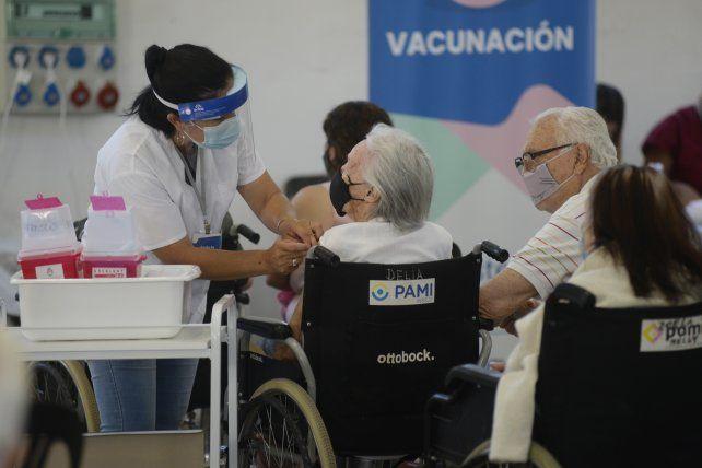 El gobierno nacional confía en que la vacunación pueda contener la pandemia de Covid.