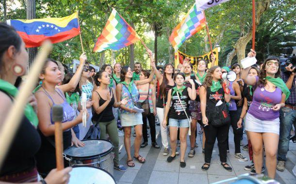 Un grupo de mujeres se manifestó ayer por el centro de la ciudad.