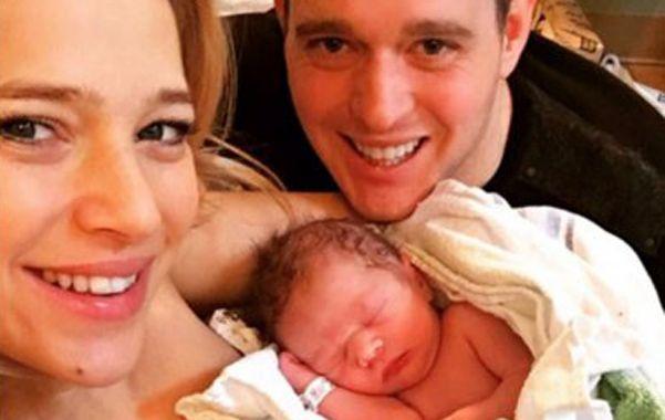 Felices. La actriz publicó una foto con su esposo y el recién nacido.
