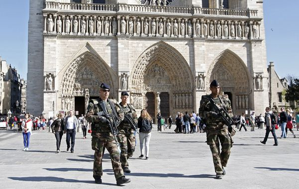 Extreman vigilancia. Soldados franceses patrullan en las afueras de la catedral de Notre Dame