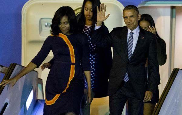 Suelo argentino. Obama baja junto a su familia del Air Force One. (AP)