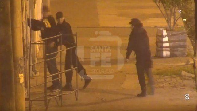 Contra la pared. La detención captada por cámaras de video.