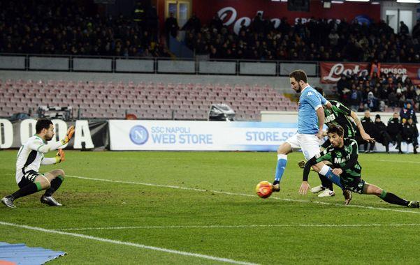 Se viene el gol. El remate de Pipita será el segundo de Napoli.