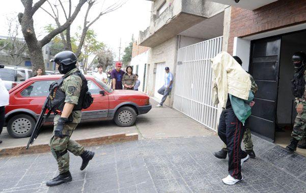 Cara tapada. Así fue sacado el mediodía de ayer Diego Ochoa de su coqueta vivienda de Pueyrredón al 3700.