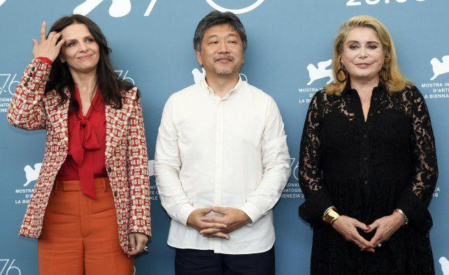 Juliette Binoche, el director Hirokazu Koreeda y Catherine Deneuve en la premier de la película en el Festival de Venecia.