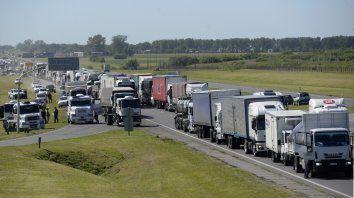 Protesta de transportistas autoconvocados. Se trata de una protesta de titulares de camiones que reclaman aumentos tarifarios tanto en las cargas de granos, como de hacienda. Esta medida de fuerza genera embotellamientos en rutas de la región. Los puntos donde se concentran los corte de tránsito son los cruces de la autopista a Buenos Aires con la nacional A012 y ruta provincial 18.y en la ruta nacional 9 a la altura del kilómetro 122.
