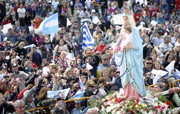 Pasión y fe. Una verdadera demostración multitudinaria se vio ayer en el mítico campito de San Nicolás donde se erige el santuario construido en homenaje a la Virgen.