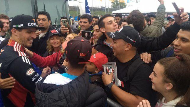 Gran momento. Rossi se abraza con la gente que le hizo el aguante tras la final. El Misil los atendió a todos con una sonrisa.