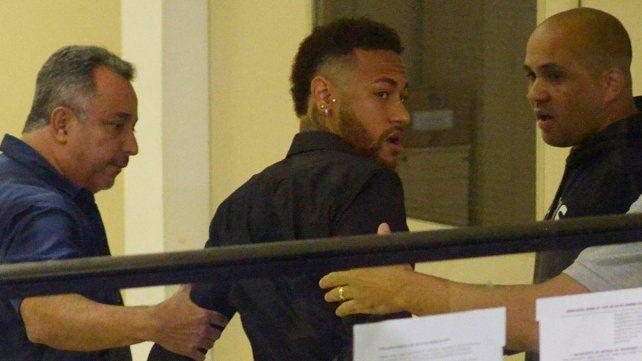 Neymar se presentó a declarar en una comisaría de Río de Janeiro por  difundir los chats con la mujer que lo denunció por violación.