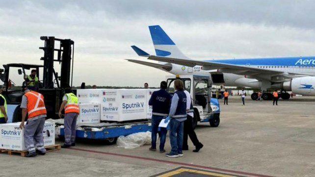 CARGAMENTO. Uno de los 13 vuelos ya llegados a Argentina desde Moscú a partir de diciembre.