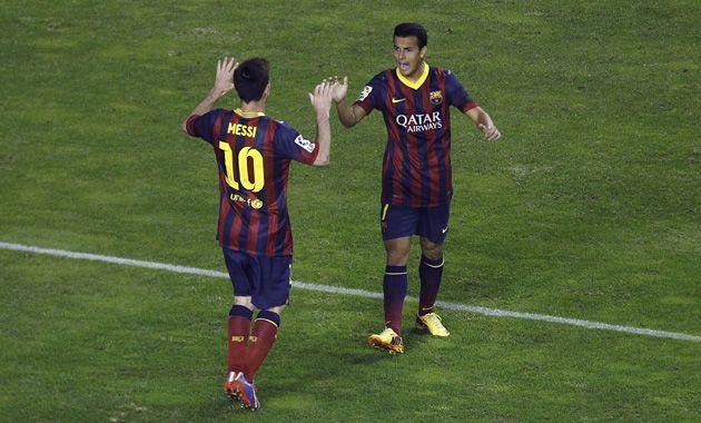 Messi asistió a Pedro en el primer gol y luego lo celebraron juntos.
