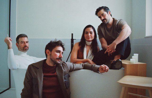 El director David Pablos, Emiliano Zurita, Mabel Cadena y Alfonso Herrera.