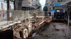 En acción. La obra ya atravesó la peatonal Córdoba y ahora está comenzando en la cuadra de Sarmiento al 800.