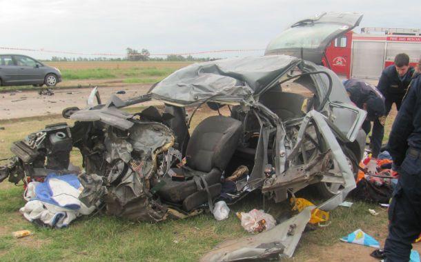 El Renault Clío de la familia rosarina impactó de frente contra un camión.