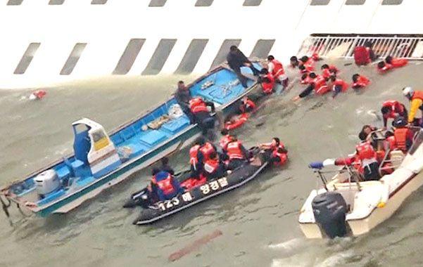Dramático. Lanchas de pescadores y botes inflables rescatan a ocupantes del ferry